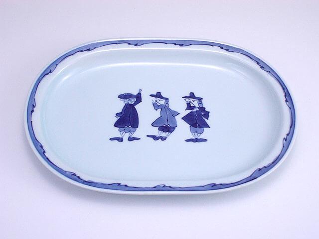 長崎港に訪れた異人さんたちが描かれた皿。渕が波模様になっている。
