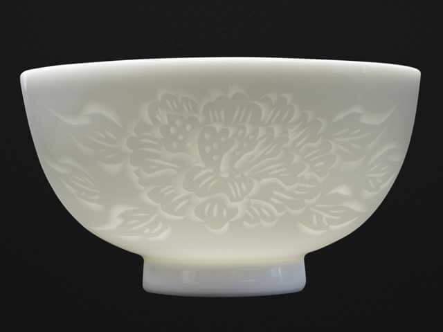【朝日新聞掲載】手ロクロ、手彫りの白磁茶碗